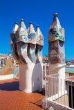 Detalhes de torretas do mosaico no telhado de Batllo da casa de Gaudi Foto de Stock