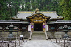 Detalhes de um complexo dourado de Toshogu na cidade de Nikko, Japão, com elementos xintoísmos e budistas e carvings de madeira imagem de stock