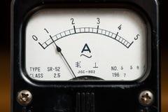 Detalhes de um medidor análogo preto velho do ampère fotos de stock