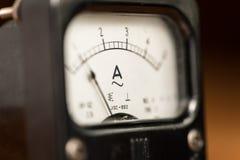 Detalhes de um medidor análogo preto velho do ampère fotografia de stock royalty free