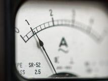 Detalhes de um medidor análogo preto velho do ampère imagem de stock royalty free