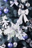 Detalhes de uma árvore de Natal Detalhe o tiro dos ramos de árvore do Natal pendurados com fitas e brinquedos do Natal O conceito Foto de Stock Royalty Free