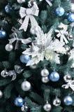 Detalhes de uma árvore de Natal Detalhe o tiro dos ramos de árvore do Natal pendurados com fitas e brinquedos do Natal O conceito Imagens de Stock Royalty Free