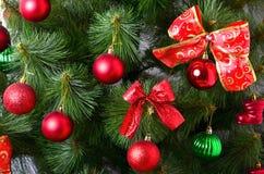 Detalhes de uma árvore de Natal Detalhe o tiro dos ramos de árvore do Natal pendurados com fitas e brinquedos do Natal O conceito Imagem de Stock Royalty Free