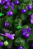 Detalhes de uma árvore de Natal Detalhe o tiro dos ramos de árvore do Natal pendurados com fitas e brinquedos do Natal O conceito Fotografia de Stock Royalty Free