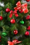 Detalhes de uma árvore de Natal Detalhe o tiro dos ramos de árvore do Natal pendurados com fitas e brinquedos do Natal O conceito Imagem de Stock