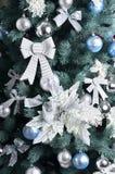 Detalhes de uma árvore de Natal Detalhe o tiro dos ramos de árvore do Natal pendurados com fitas e brinquedos do Natal O conceito Fotos de Stock Royalty Free
