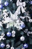 Detalhes de uma árvore de Natal Detalhe o tiro dos ramos de árvore do Natal pendurados com fitas e brinquedos do Natal O conceito Foto de Stock