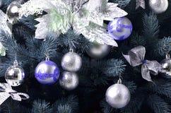 Detalhes de uma árvore de Natal Detalhe o tiro dos ramos de árvore do Natal pendurados com fitas e brinquedos do Natal O conceito Fotografia de Stock