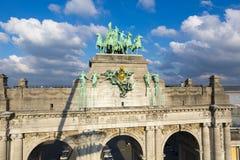 Detalhes do arco triunfal com céu nebuloso, Bruxelas Fotos de Stock