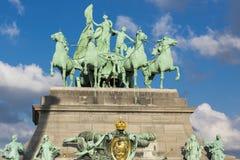 Detalhes do arco triunfal com céu nebuloso, Bruxelas Imagem de Stock Royalty Free