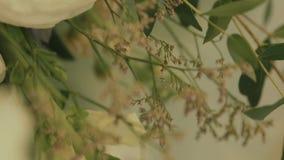 Detalhes do casamento Decoração bonita das flores Composição floral Decorado com arranjos de flor Lugar para a video estoque