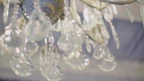 Detalhes do close-up de um candelabro de vidro bonito sob o teto Muito close-up Contexto agradável video estoque