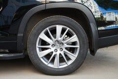 Detalhes do escocês de Toyota, roda de carro moderna do suv Fotos de Stock Royalty Free