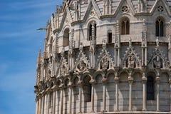 Detalhes do exterior do Baptistery de St John, o baptistery o maior de Pisa em Itália, no quadrado dos milagre fotos de stock