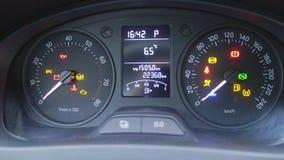 Detalhes do painel do carro com lâmpadas da indicação, o velocímetro visível e o nível de combustível filme