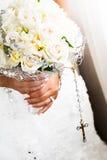 Detalhes do ramalhete e do rosário da noiva Fotografia de Stock Royalty Free