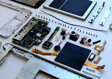 Detalhes do telefone celular em condições desmontadas imagens de stock