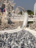 Detalhes do templo branco das mãos, khun do rong do wat, Chiang Rai imagens de stock