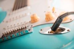 Detalhes e conexão do jaque do cabo da guitarra e de fio Controles do tom e de volume fotografia de stock royalty free