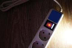 Detalhes elétricos da fonte do close-up e da alimentação do protetor de impulso imagens de stock
