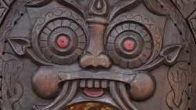 Detalhes em uma escultura de madeira video estoque