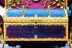 Detalhes, estrutura e ornamento do ornamento decorativo floral forjado da caixa do ferro, feitos do metal Teste padrão metálico d Fotografia de Stock