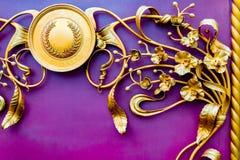 Detalhes, estrutura e ornamento do malleation do ferro Ornamento decorativo floral, feito do metal Teste padrão metálico do vinta Foto de Stock