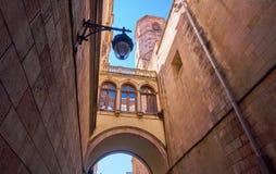 Detalhes góticos da arquitetura de Barcelona Quartier com arco Imagem de Stock Royalty Free