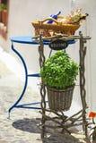 Detalhes gregos bonitos pequenos nas ruas gregas sobre fotografia de stock
