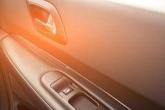 Detalhes interiores do carro de puxador da porta com controles das janelas Controles e detalhes da janela de carro fotos de stock royalty free