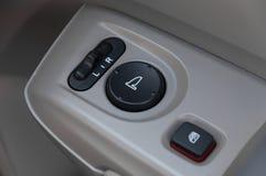Detalhes interiores do carro de puxador da porta com controles e ajustes das janelas fotos de stock