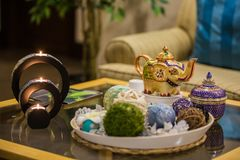 Detalhes interiores tailandeses de termas, velas na tabela e chaleira com chá fotos de stock