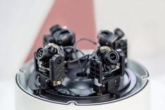Detalhes internos da câmara de vigilância 360 câmera 4 em 1 corpo com tampa aberta Manutenção e serviço do CCTV Foto de Stock Royalty Free