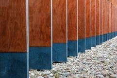 Detalhes modernos da fachada da construção em seguido com perspectiva imagem de stock