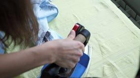 Detalhes passando da costureira de roupa em costurar a oficina de costurar o negócio filme