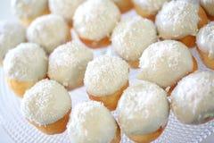 Detalhes próximos dos eclairs saborosos brancos foto de stock royalty free