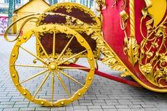 Detalhes, rodas, estrutura e ornamento do transporte forjado do ferro Ornamento decorativo floral, feito do metal Pa metálico do  Foto de Stock Royalty Free