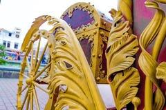 Detalhes, rodas, estrutura e ornamento do transporte forjado do ferro Ornamento decorativo floral, feito do metal Pa metálico do  Fotografia de Stock