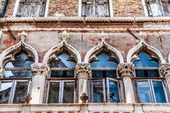 Detalhes venetian velhos da janela fotografia de stock