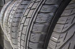Detalj av använda eller för del slitna däck för försäljning Arkivbild