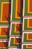 detalj av apelsinen, gulingen och gräsplantaktegelplattorna av thailändsk templ arkivbild