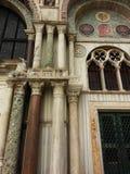 Detalj av bågar för en dörröppning och fönsterav domkyrkan av Santa Maria del Fiore Arkivbilder