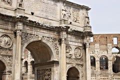 Detalj av b?gen av Constantine B?gen lokaliseras n?ra Colosseumen och planl?ggs f?r att fira minnet av segern av arkivbild