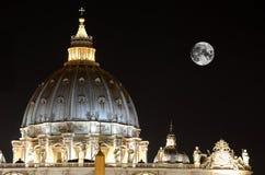 Detalj av basilicaen för St. Peter vid natten, Vatikan Arkivbild