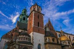 Detalj av basilikan av St Stanislaw och den Vaclav eller Wawel domkyrkan i Krakow, Polen arkivbilder