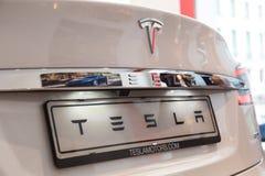 Detalj av bilen för Tesla modell S i Milan, Italien Arkivfoton