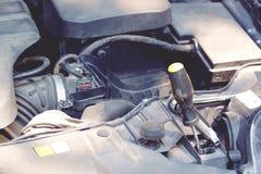 Detalj av bilmotorn med skruvmejselbakgrundsslut upp royaltyfri fotografi
