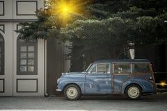 Detalj av blå retro bil- och gräsplanträdbakgrund med belysningsignalljuseffekt Royaltyfri Bild
