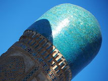 Detalj av blått- och turquoismosaiken av en minaret från rödingminderåriget, Bukhara Arkivbilder